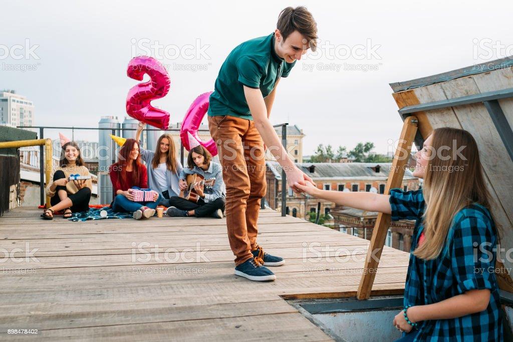 convidam amigos de festa do aniversário surpresa no terraço - foto de acervo