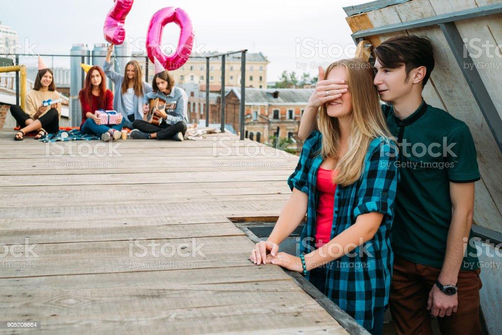 amigos de festa do aniversário surpresa no terraço - foto de acervo