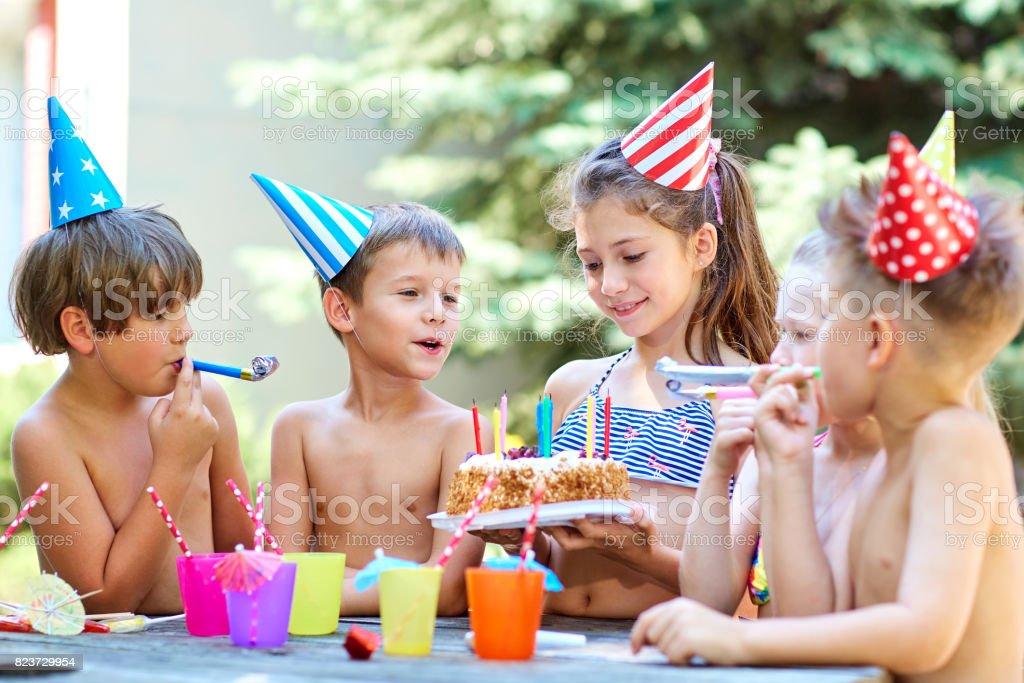 Anniversaire avec des enfants en chapeaux en été - Photo