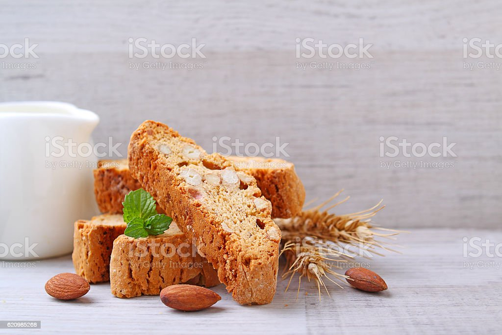 Biscotti with nuts on a wooden background foto royalty-free