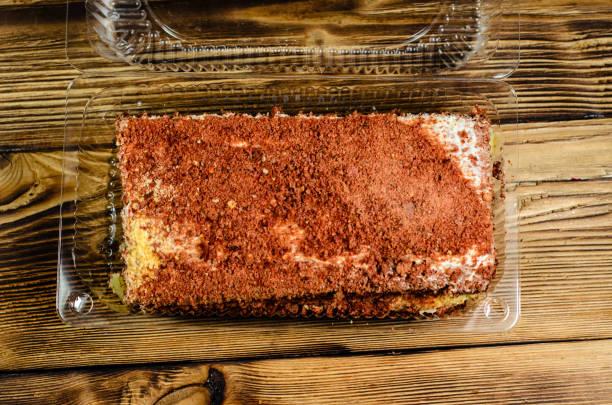 keks-kuchen in plastikbehälter auf holztisch. ansicht von oben - low carb kekse stock-fotos und bilder