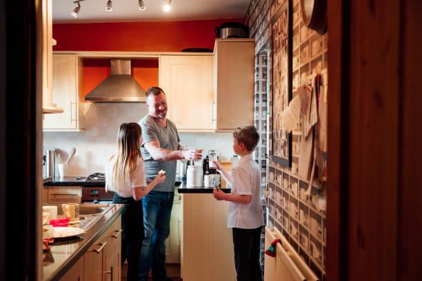 galletas y leche con papá - padre que se queda en casa fotografías e imágenes de stock