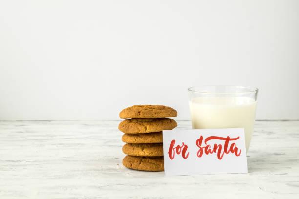 kekse, glas milch und platte mit inschrift für den weihnachtsmann. konzept weihnachtsferien und erwartungen von santa claus. selektiven fokus. - zitate weihnachten stock-fotos und bilder