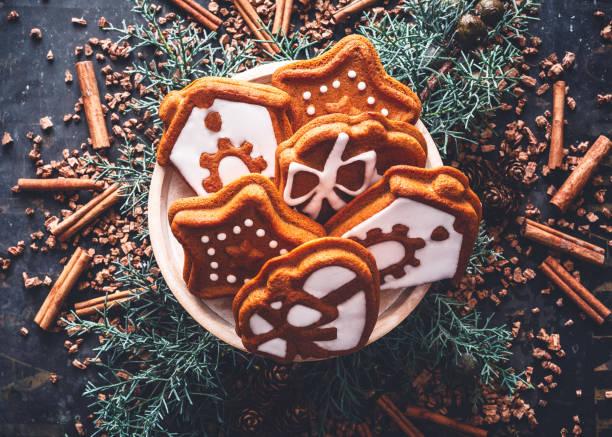kekse pain d'épices pour noël et les fêtes de fin d'année - französisches haus dekor stock-fotos und bilder