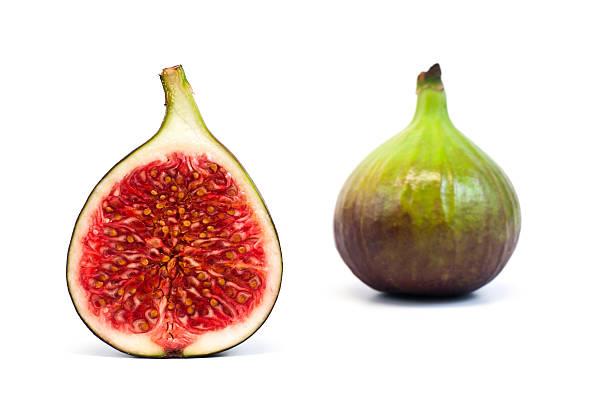 coupé en deux et ensemble de figue fruits isolé sur blanc - figue photos et images de collection