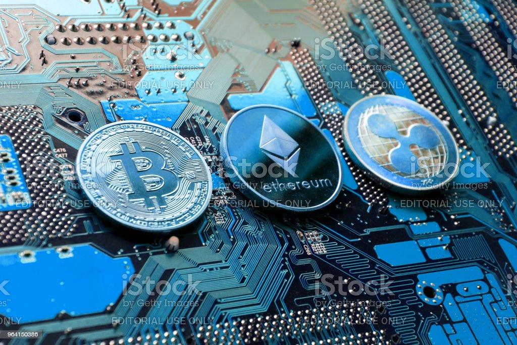 Bitcoin, Astraleums, Ripple Münzen auf Computer Motherboard, kryptowährung Konzept zu investieren – Foto