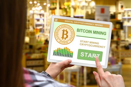 Bitcoin Mining Concept Meisje Houdt De Digitale Tablet Op De Achtergrond Wazig Winkel Stockfoto en meer beelden van Bedrijfsleven