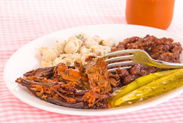 bite of rinderbrust-barbecue - nudelsalat zum grillen stock-fotos und bilder