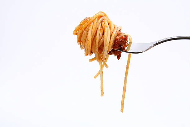 a bite of spaghetti bolognese isolated on a fork - 叉 個照片及圖片檔