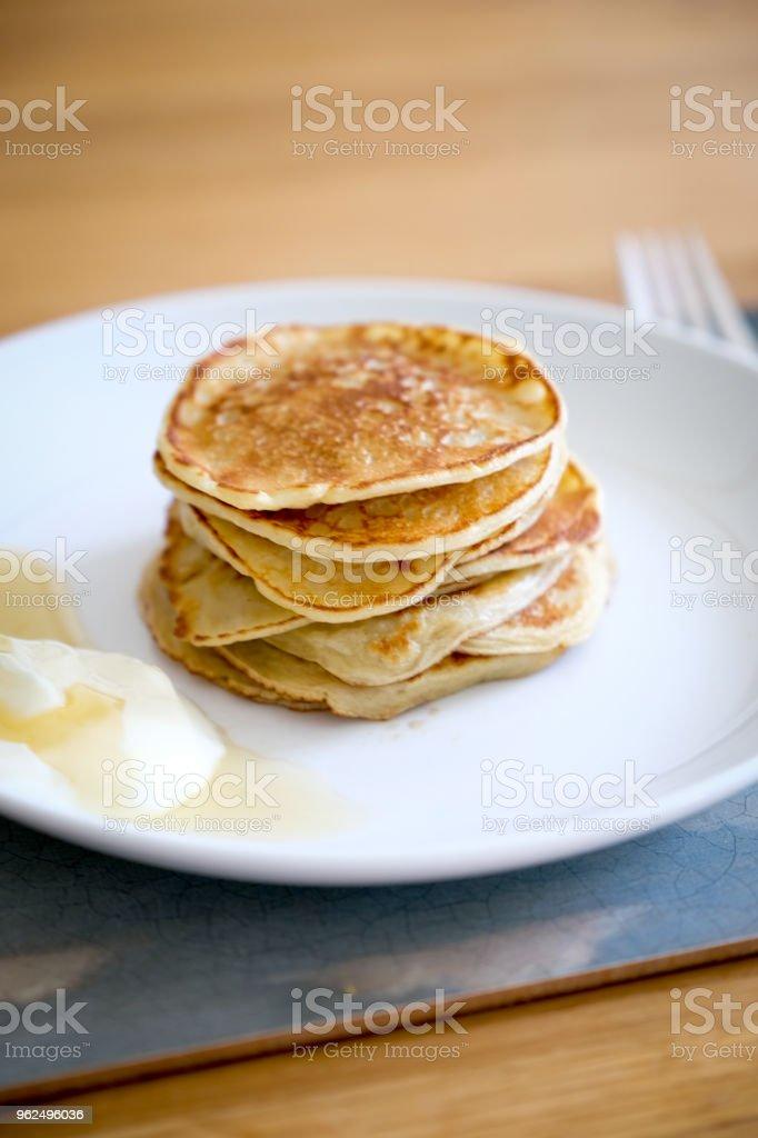 Mini tamanho de mordida panquecas com iogurte e mel no café da manhã, um da refeição vegetariana 5 dias para a semana vegetariana nacional, Inglaterra - Foto de stock de Alimentação Saudável royalty-free