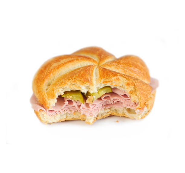gebissen sandwich - typisch österreichisch snack (extrawurstsemmel mit gurkerl) auf weißem hintergrund. - österreichische kultur stock-fotos und bilder