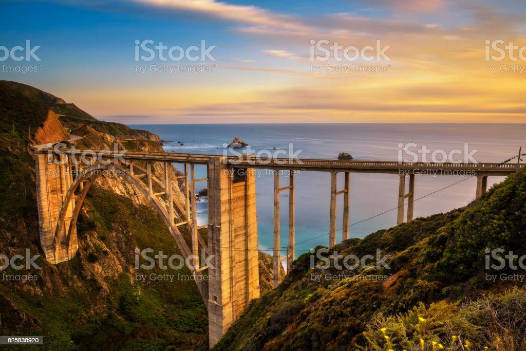 Puente de Bixby y Pacific Coast Highway en el ocaso - foto de stock