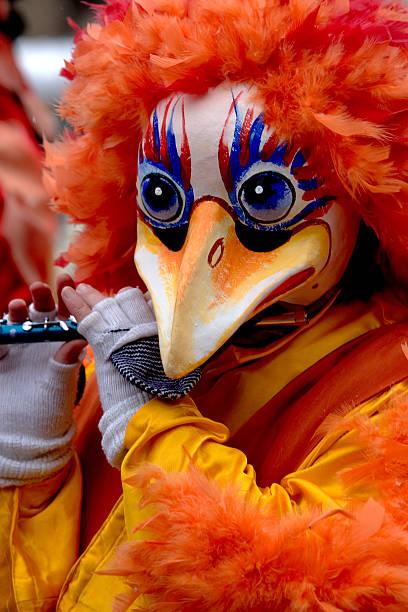 kuriose huhn maske mit flöte im basler fastnacht (xxl - fasnacht stock-fotos und bilder