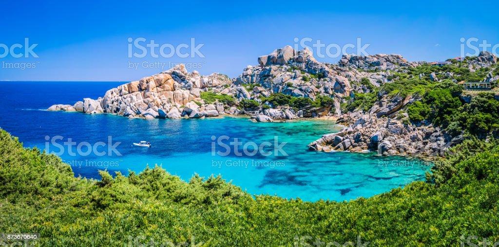 Roca granítica bizarro y azul bahía en Capo Testa, Cerdeña, Italia - foto de stock