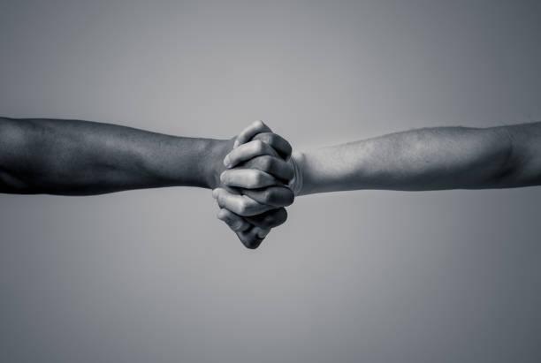 siyah afrikalı amerikalı ve kafkas elleri bir arada durarak ırkçılığı durdurun. beyaz ve siyah deri kolları dünya birliği nde çok ırklı sevgi ve anlayış hoşgörü ve ırklar çeşitlilik işbirliği. - sembolizm akımı stok fotoğraflar ve resimler