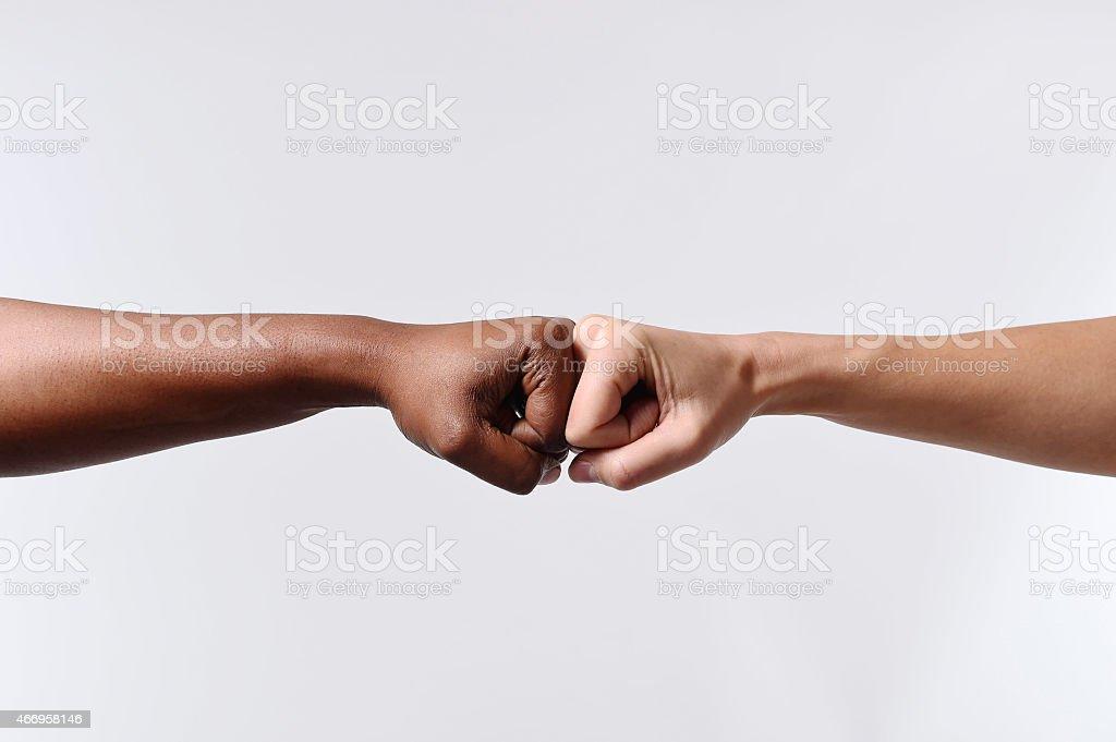Noir afro-américaine coureur main toucher Le knuckles Caucasien Poing - Photo