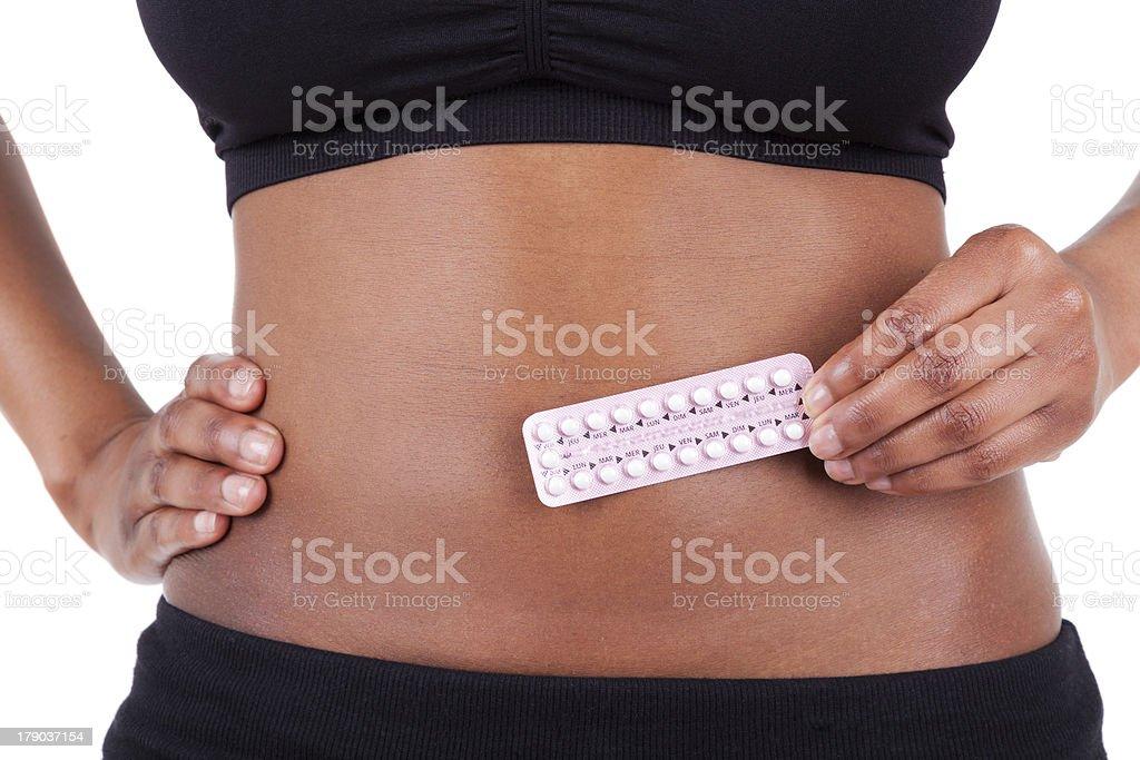 Bombeiro afro-americana mulher segurando Contraceptivo soluções - foto de acervo