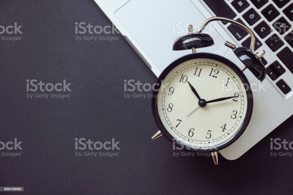 Despertador negro portátil - foto de stock