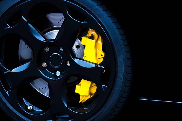 black alufelge mit gelben carbon keramik bremse, textfreiraum - alufelgen stock-fotos und bilder