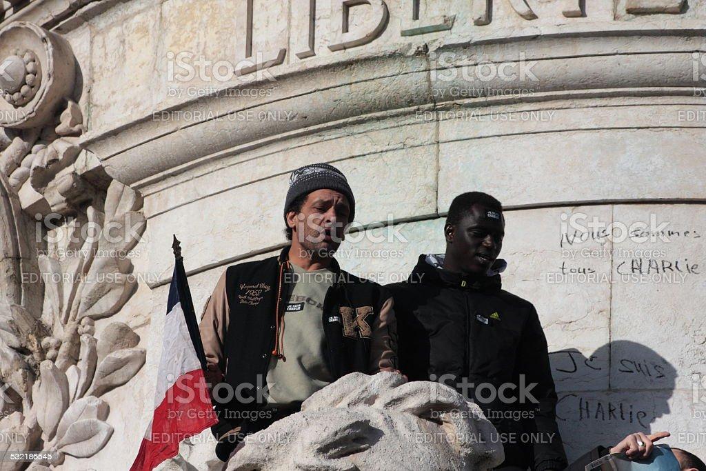 Noirs et les Arabes agitant drapeau français à Paris - Photo de 2015 libre de droits