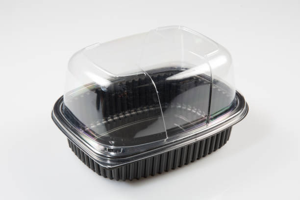 zwart en helder plastic doos voor het opslaan van een kip te koop - chicken bird in box stockfoto's en -beelden