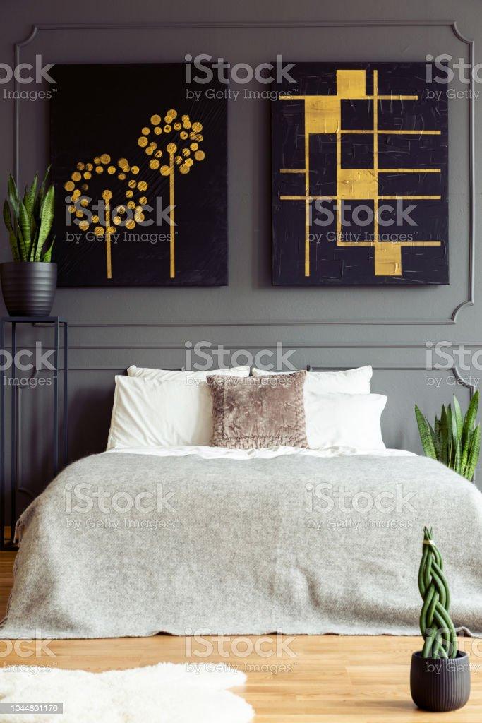 Schwarz Und Gold Plakate Uber Bett In Grau Schlafzimmer Innenraum Mit Fell Und Pflanzen Echtes Foto Stockfoto Und Mehr Bilder Von Bett Istock