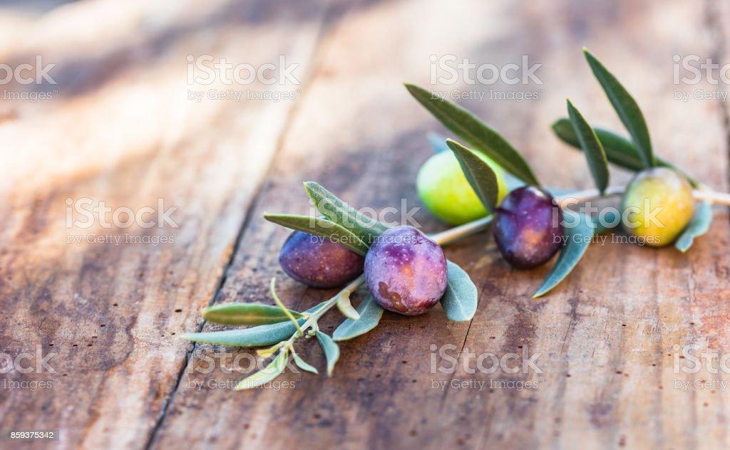 Azeitonas pretas e verdes na mesa de madeira - foto de acervo