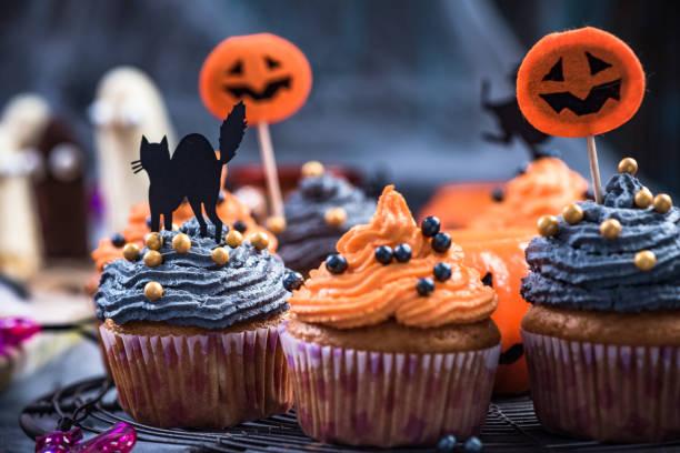 negros y naranja magdalenas decoradas para halloween - magdalena dulces fotografías e imágenes de stock