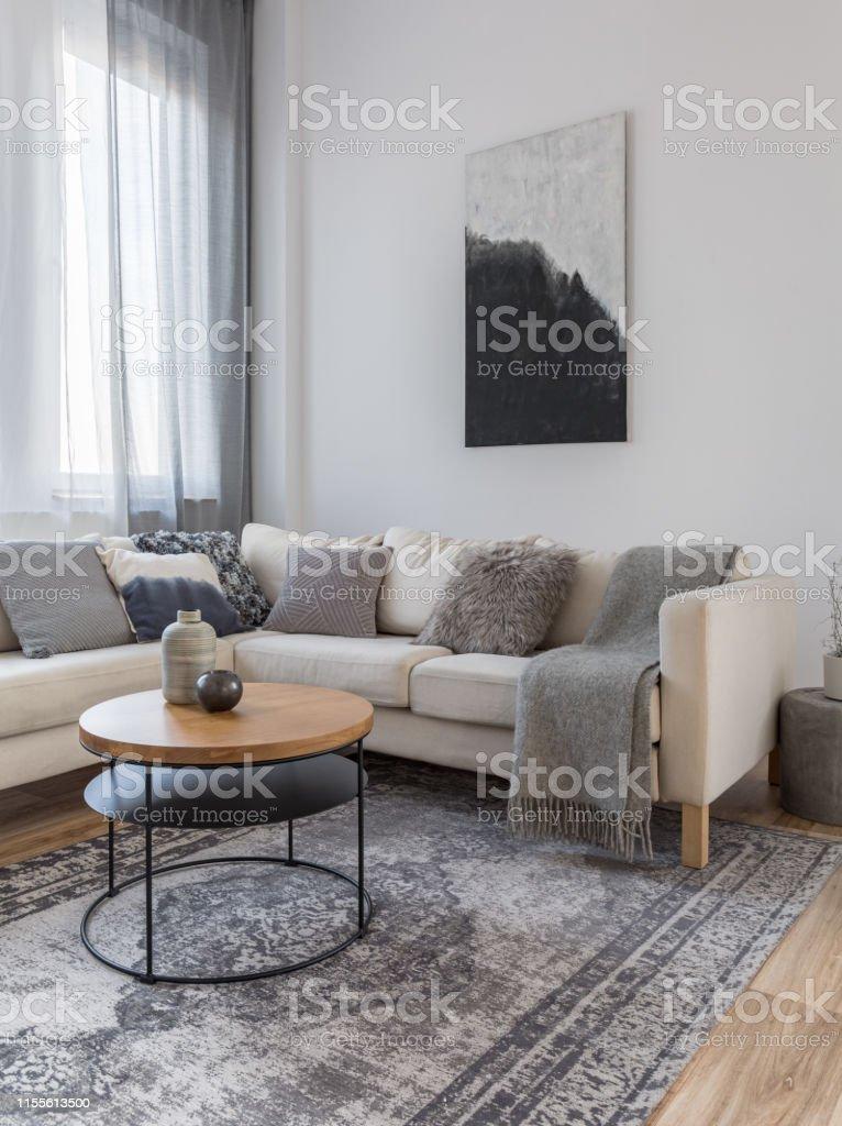 Schwarzweiß Abstrakte Malerei Auf Weiß Leere Wand Aus Schickem  Wohnzimmerinterieur Mit Ecksofa Stockfoto und mehr Bilder von Abstrakt