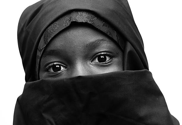 black and white african arab muslim school girl big eyes - bettwäsche schwarz weiß stock-fotos und bilder