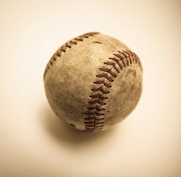 Schwarzen und weißen antiken Baseball etwas geschäumten aus ausgebleichtem Hintergrund – Foto