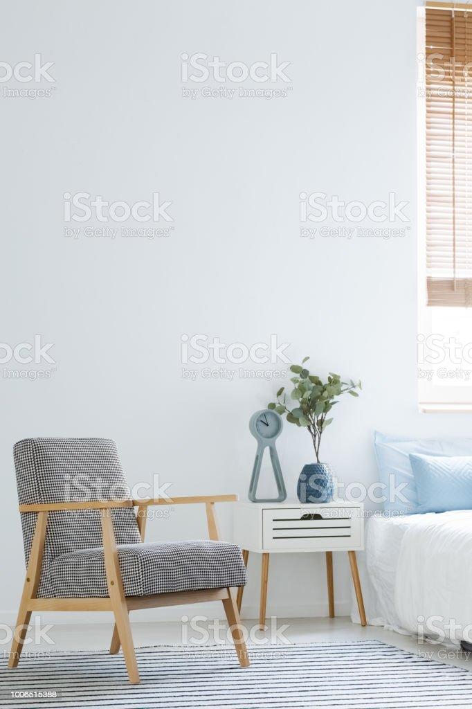 Schwarz Weiß Sessel Stehen In Weiße Schlafzimmer Innenraum Mit