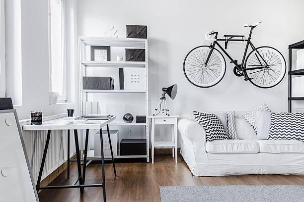 schwarz und weiß-arrangement - fahrradhalter stock-fotos und bilder