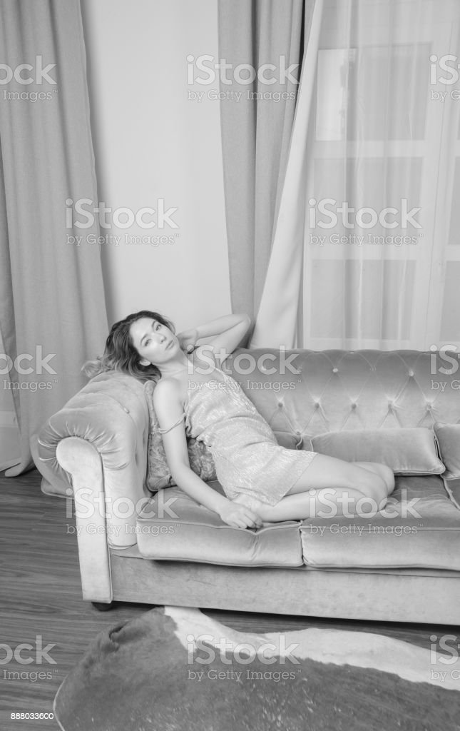 Schwarz Weiß Schöne Mädchen In Einem Nachthemd Auf Dem Bett Stockfoto und  mehr Bilder von Anziehen