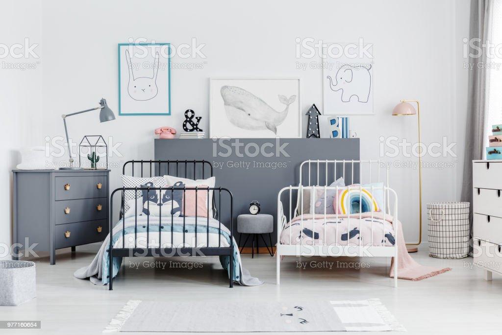 Schwarz Weiß Bett In Geschwister Schlafzimmer Innenraum Mit ...