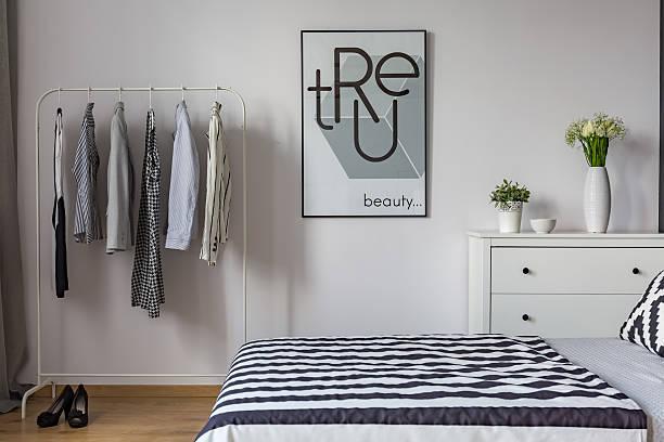 Blanco y negro de un dormitorio - foto de stock