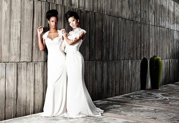 schwarze und weiße braut - hochzeitskleid in schwarz stock-fotos und bilder