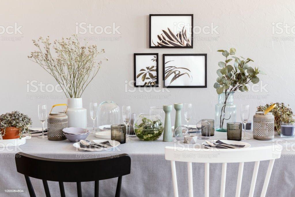 Schwarz Weiss Stuhl Am Tisch Mit Geschirr In Grau Esszimmer Interieur Mit Plakaten Echtes Foto Stockfoto Und Mehr Bilder Von Blume Istock