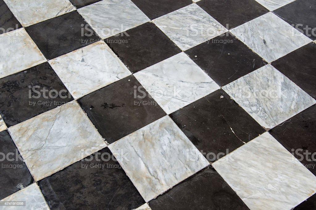 Pavimento a scacchi bianco e nero senza soluzione di continuità