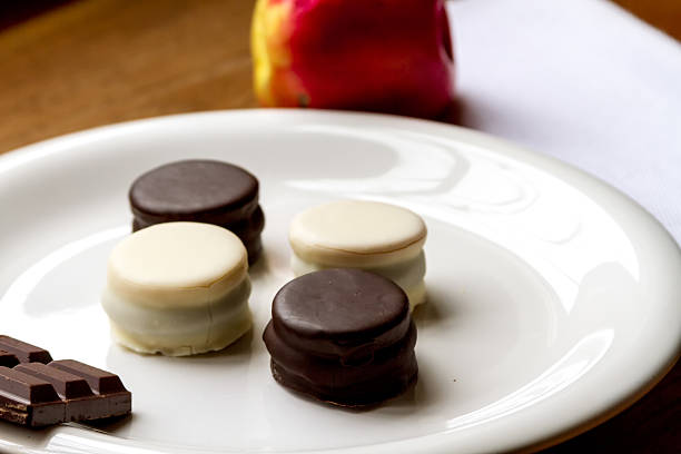 Black and white chocolate alfajores with apple - foto de stock
