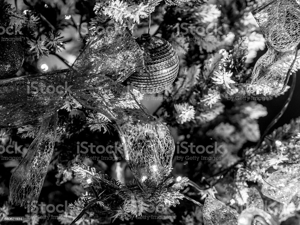 Black and White Christmas Decoration on Tree - foto de acervo