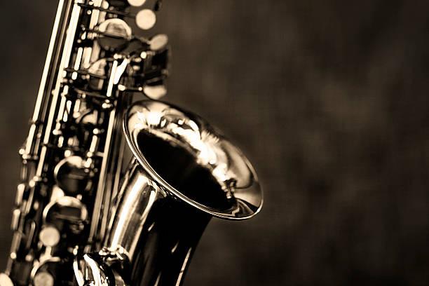 black und white nahaufnahme des altsaxophon - altsaxophon stock-fotos und bilder