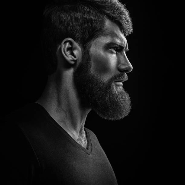 젊은 잘생긴 수염된 남자의 흑백 클로즈업 초상화 - 턱수염 뉴스 사진 이미지