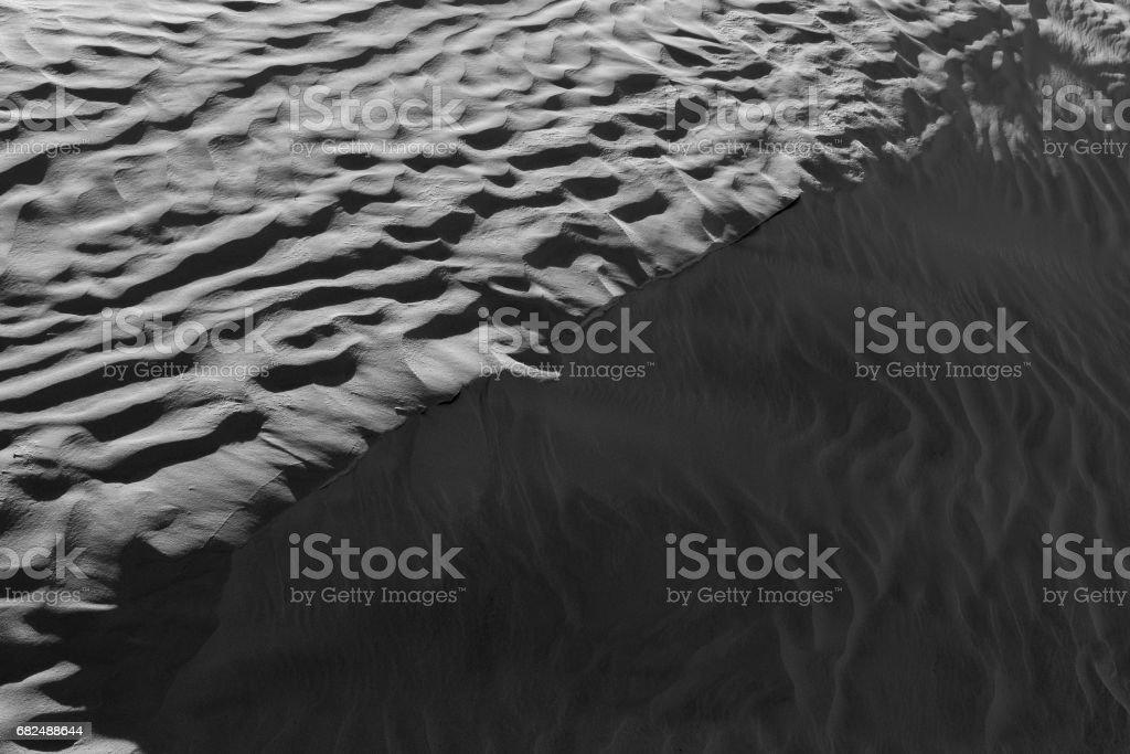 Siyah ve beyaz renk (B&W). Doğal doku ve arka plan çöl. Kum desen royalty-free stock photo