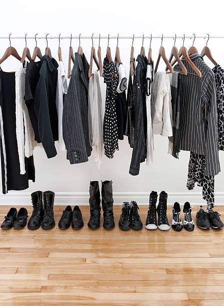 Blanco y negro mujer ropa - foto de stock