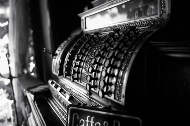 imagem preto e branco de um registo de dinheiro velho do 19o século. foco seletivo em botões de caixa. - costumer - fotografias e filmes do acervo