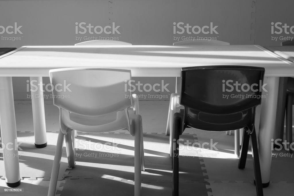 Schwarz Weiß Bild Von Stuhl Und Schreibtisch Im Kinderzimmer ...