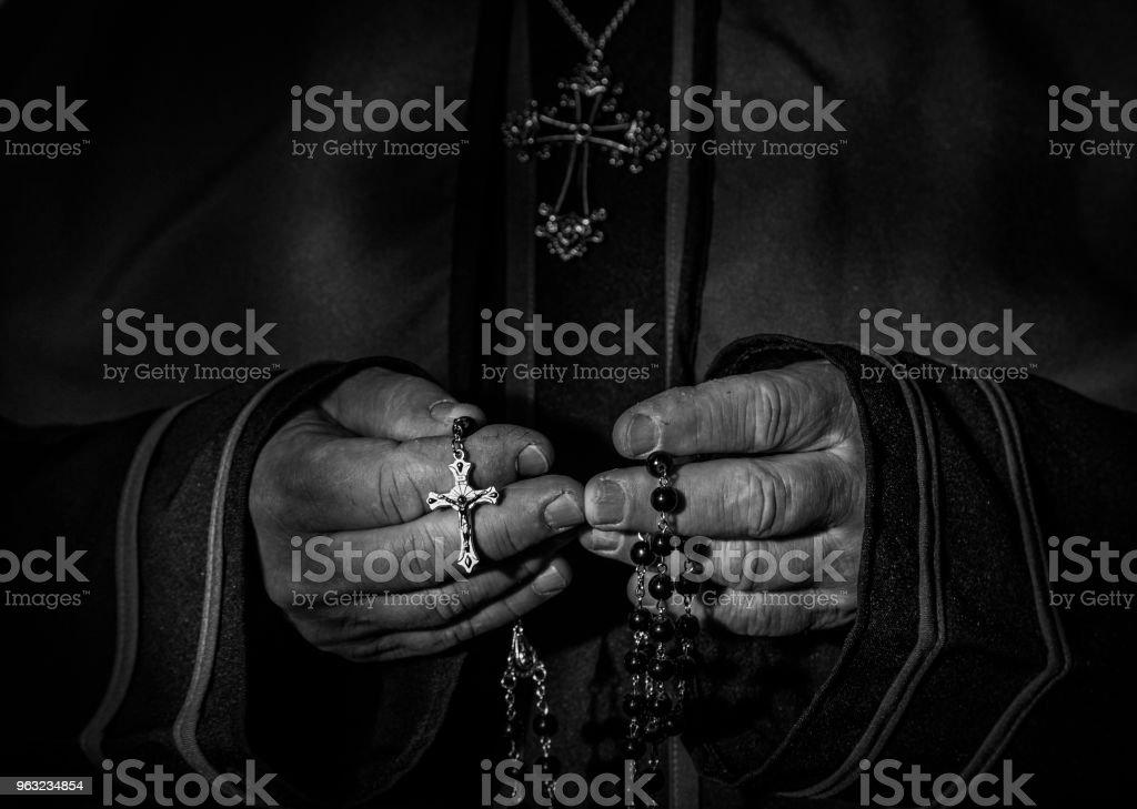 image noir et blanc des mains de prêtres tenant le chapelet de perles - Photo