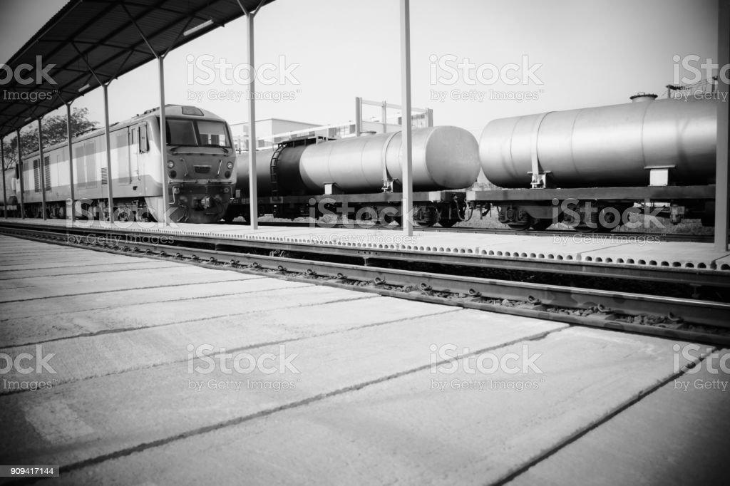 Imagen blanco y negro del transporte de combustible en el ferrocarril. - foto de stock