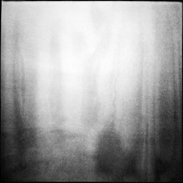 zwart-wit medium formaat film achtergrond met graan en lichte lekkage. - analoog stockfoto's en -beelden
